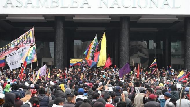 Manifestantes indígenas toman el edificio de la Asamblea Nacional de Ecuador, en Quito, tras tirar abajo las verjas de seguridad que rodeaban la sede.