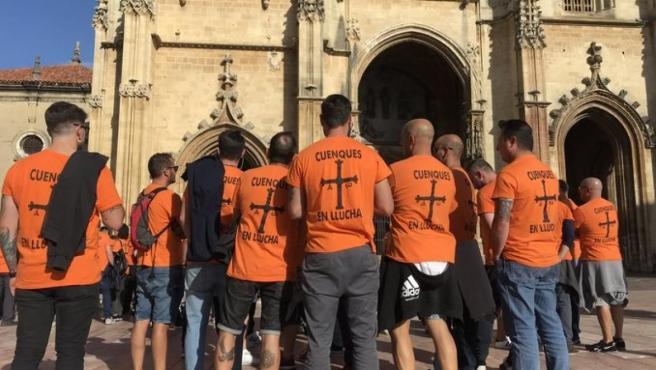 Encierro de los trabajadores de Vesuvius y concentración a las puertas de la Catedral de Oviedo.