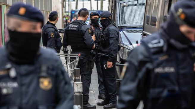 Macrooperación en el Raval de Barcelona contra una red de lateros traficantes.