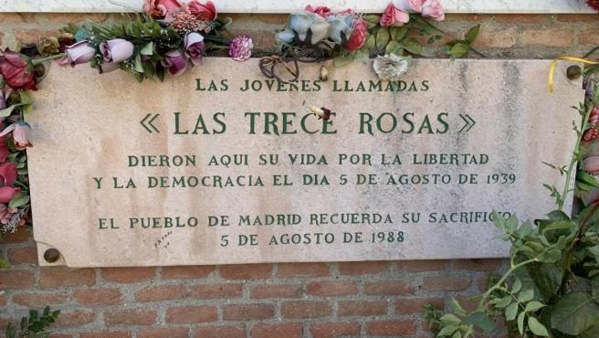 Monumento en homenaje a las Trece Rosas en el Cementerio de la Almudena.