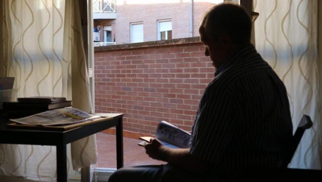 Rafa, en el piso que el programa 'Housing First' de la ONG Hogar Sí le adjudicó en Zaragoza.