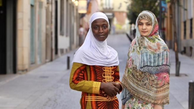 Kadiatu Massaquoi, de Sierra Leona, y Hadiqa Bashir, de Pakistán, dos jóvenes víctimas de matrimonios forzosos y activistas contra esta violación de los derechos humanos.