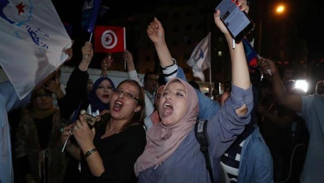 Seguidores del partido islámico moderado Ennahda celebran el triunfo de la formación en las elecciones legislativas de Túnez.
