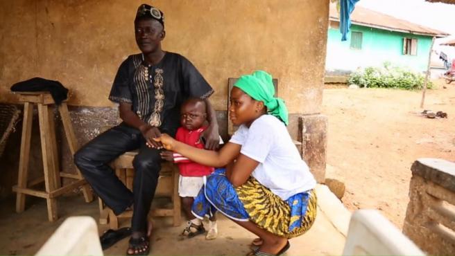 Una menor, junto a su marido y su hijo pequeño.