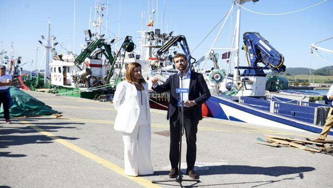 El presidente del Partido Popular, Pablo Casado, ofrece declaraciones a los medios de comunicación acompañado de la presidenta del PP en Cantabria, María José Saénz de Buruaga, en el puerto de Santoña (Cantabria), a 10 de octubre de 2019.