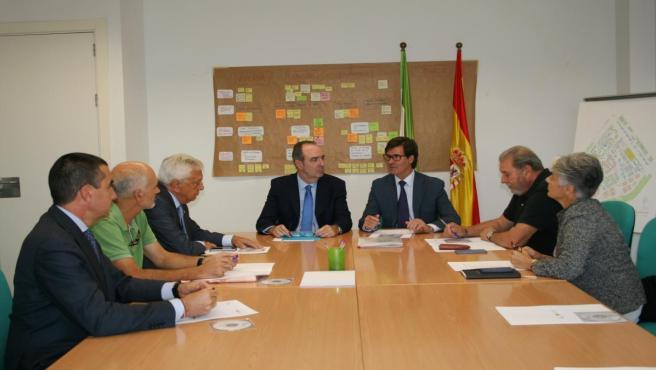 Reunión de la plataforma '#SevillaYA' y el comisionado del Polígono Sur