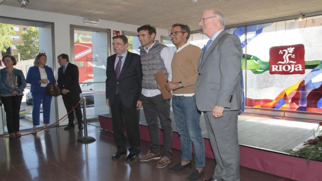 El ministro de Agricultura, Pesca y Alimentación, Luis Planas (1i) y el presidente del Consejo Regulador de la Rioja,unto a los viticultores que han recibido el reconocimiento de viñedos singulares en el acto de reconomieciento de los primeros `Viñedos S