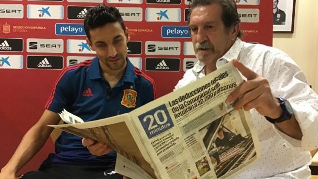Iñaki Cano y Jesús Navas ojean el periódico '20minutos' durante la entrevista.