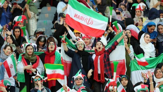 Lo que en otros países es normal, en Irán no estaba permitido. La muerte de una chica que se inmoló fue la mecha que abrió una revolución que no parará en el fútbol.