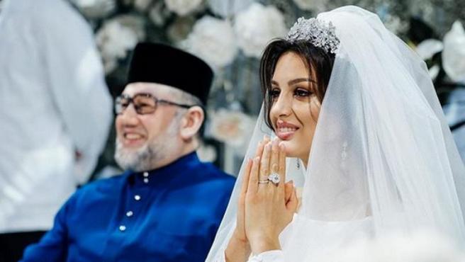La exmiss Moscú Rihana Petra y el exrey de Malasia Mohamed V.