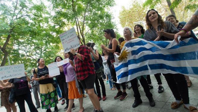 Numerosos medios de comunicación y también ciudadanos se han concentrado durante toda la mañana frente al edificio del consulado del Uruguay en Barcelona.