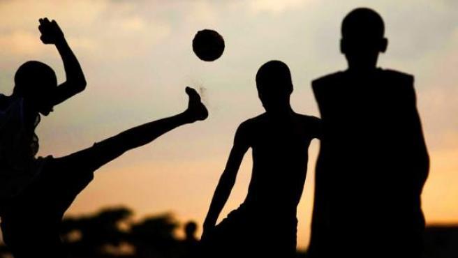 Chavales jugando al fútbol.