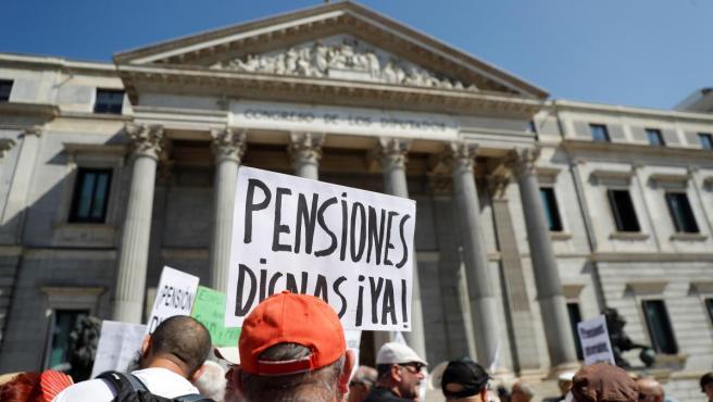 Decenas de pensionistas han cortado el tráfico frente al Congreso para pedir que las pensiones se revaloricen conforme al IPC.