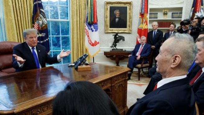 El presidente de EE UU, Donald Trump, conversa con el viceprimer ministro, Liu He, en la Casa Blanca.