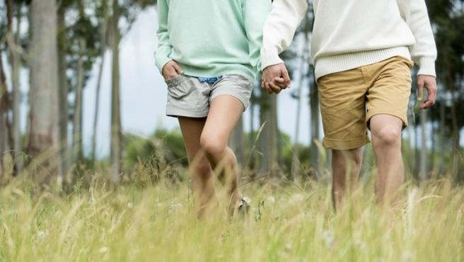 Imagen de archivo de una pareja caminando.
