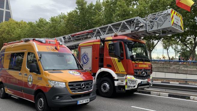 Una ambulancia del Samur junto a un camión de bomberos en el madrileño Paseo de la Castellana, antes del Desfile del 12 de octubre de 2019.