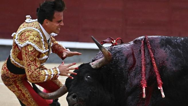 Momento de la grave cogida del torero Gonzalo Caballero.