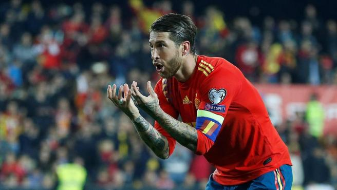 Sergio Ramos celebra su gol ante Noruega.