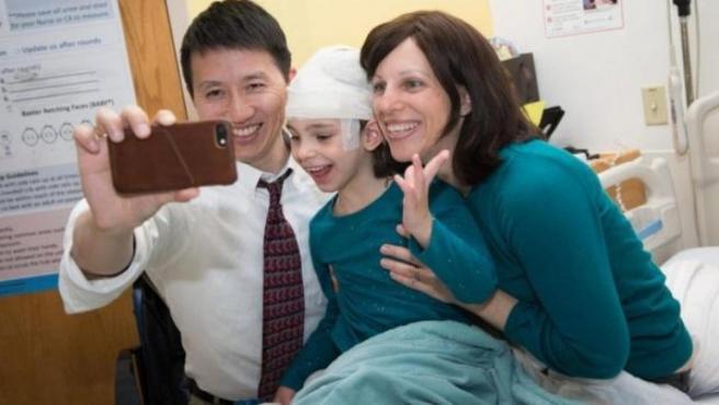 Mila Makovec (en el medio), la niña con la enfermedad de Batten que ha recibido un fármaco hecho especialmente para ella.