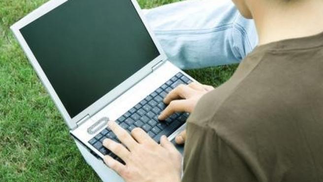 Un joven utilizando un ordenador.