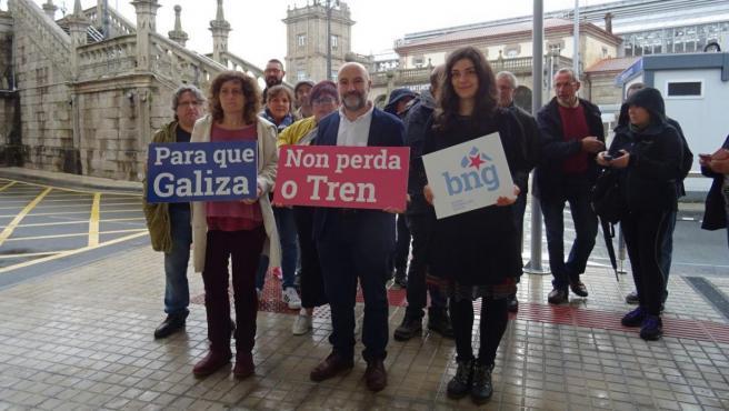 El cabeza de lista del BNG al Congreso por A Coruña, Néstor Rego, y otros miembros del partido.