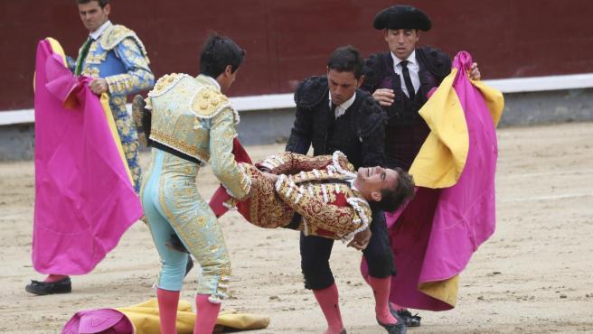 El diestro madrileño Gonzalo Caballero, segundos después de su cogida en Las Ventas.