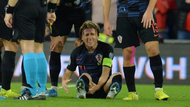 Modric se duele tras lesionarse en el Gales-Croacia de clasificación para la Eurocopa 2020.