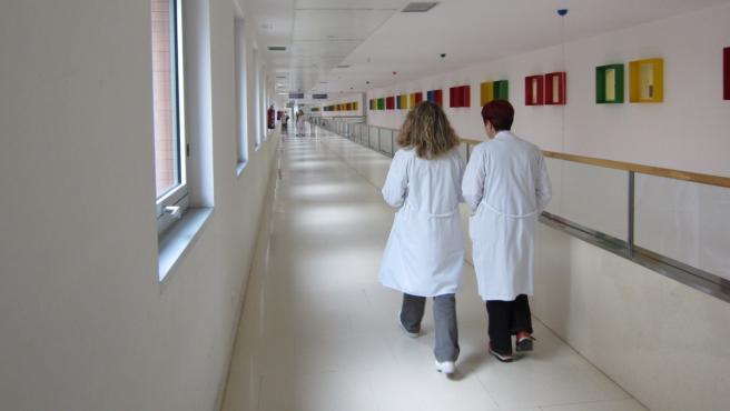 Personal sanitario en los pasillos de un centro médico.
