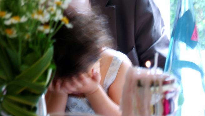 Imagen de archivo de una niña llorando.