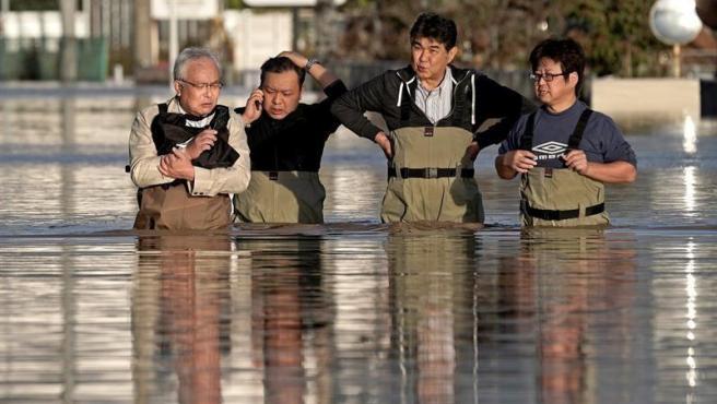 Operarios comprueban el estado en quedó su oficina tras las inundaciones provocadas por el tifón Hagibis en Nagano, Japón.