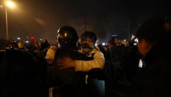 Manifestantes y agentes policiales celebran en Quito el acuerdo logrado entre el Gobierno y el movimiento indígena.