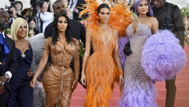 Kim Kardashian, con su insufrible vestido, en el Met 2019, junto a su hermana Kendall Jenner.
