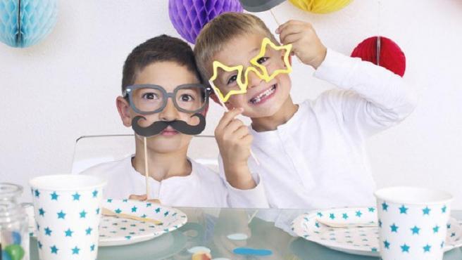 Un par de niños juegan a disfrazarse, en una imagen de archivo.