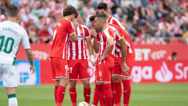 Los jugadores del Girona hablan durante un partido.