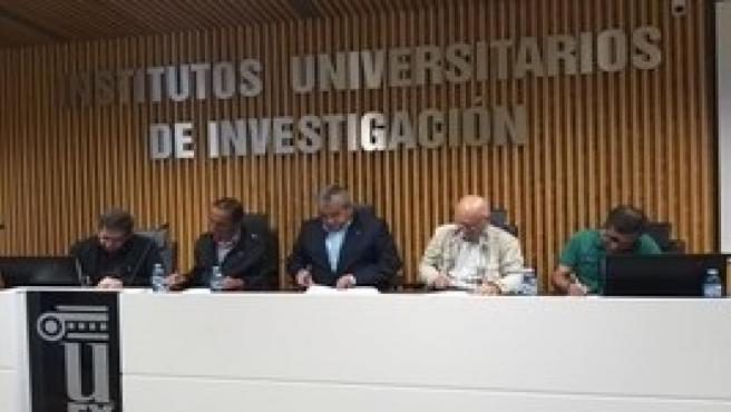 El rector de la UEx, Antonio Hidalgo, firma con los sindicatos el convenio de personal docente