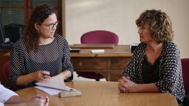 Reunión entre la presidenta del Consell de Mallorca, Catalina Cladera (izquierda), y la alcaldesa de Porreres, Francisca Mora.