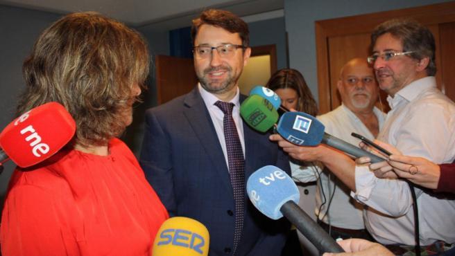 El consejero de Industria, Enrique Fernández, y la ministra para la Transición Ecológica, Teresa Ribera
