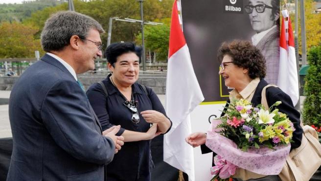 Aburto preside en Bilbao la ofrenda floral a Gabriel Aresti