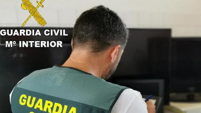 Un agente de la Guardia Civil en investigación