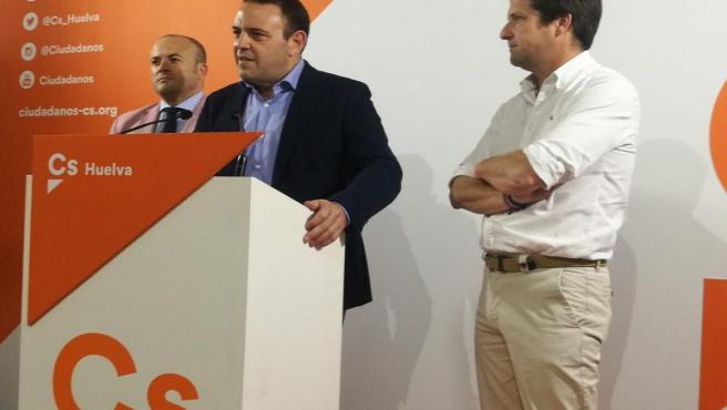 Carlos Hermos (Cs), junto a Guillermo García Longoria y Julio Díaz, en rueda de prensa.