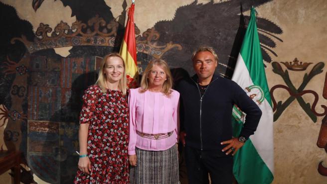 La alcaldesa de Marbella (Málaga) con el activista medioambiental Johan Ernst Nilson