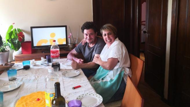 Juan Carlos Gil Vila, el hombre de 47 años desaparecido en Madrid, junto a la madrina de su hija.