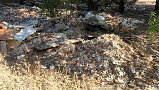Acumulación de escombros en el Camino de la Magdalena, en Villa de Vallecas.