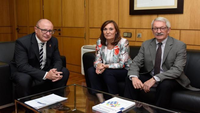 El consejero Carlos Gimeno junto con la directora general Clara Sanz y el secretario de Estado Alejandro Tiana
