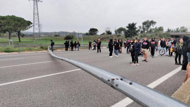 Más de 1.000 manifestantes cortan la AP-7 en Girona con objetos en la vía, en protesta por la sentencia del proceso independentista