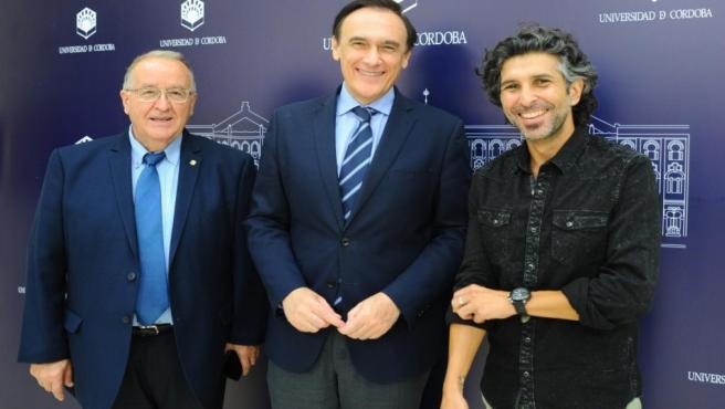 El rector de la UCO, José Carlos Gómez Villamandos (centro), y Arcángel (dcha.), durante la presentación de la cátedra en una imagen de archivo