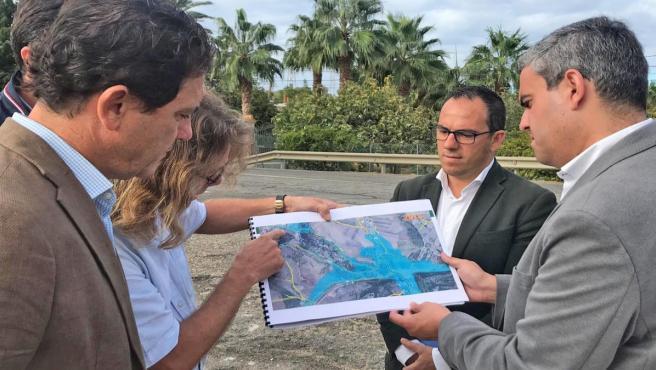 Daniel Sánchez con el alcalde de Vejer