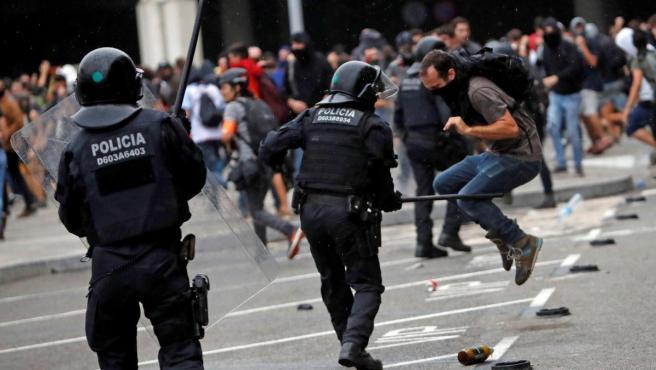Los Mossos cargan contra los manifestantes congregados frente al Prat.