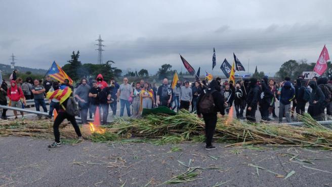 Manifestantes cortan la AP-7 en Girona contra la sentencia del proceso independentista