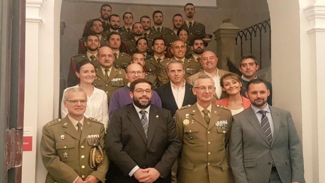 El alcalde de Ávila, Jesús Manuel Sánchez Cabrera, segundo por la izquierda en la primera fila, recibe a los cadetes de Intendencia.